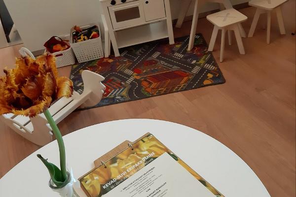 Resto Park bērnu stūrītis rotaļām un bērnu ēdienkarte uz galda