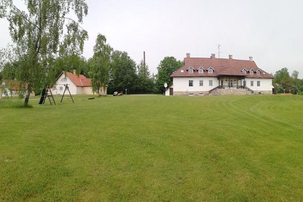 Hotelli Laagnan päärakennus ja taempana mökit