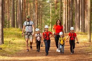 Perekond koos lastega ronima minemas Alutaguse Seiklusparki
