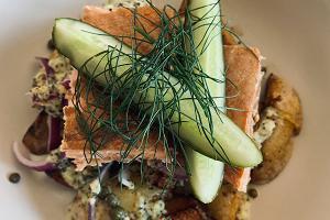 Heiß geräucherter Lachs mit Salzgurke und knusprigen Kartoffeln im Café Meremaa