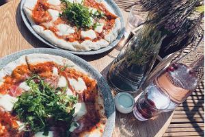 Käsityönä valmistuvat pizzat aidosta kiviuunista