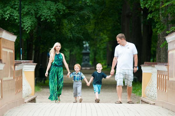 Toomemäe park ja pere jalutamas Inglisillal