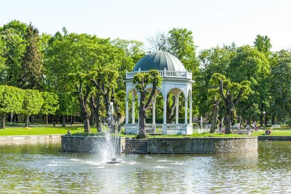 Guided walk in Tallinn Old Town and car tour in the Kadriorg–Pirita region