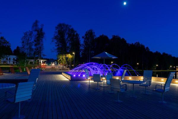 Центральная площадь и фонтан с подсветкой у озера Арби