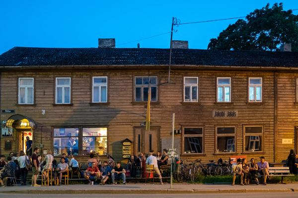 Bar Barlova und die davor den Sommerabend genießende Personen