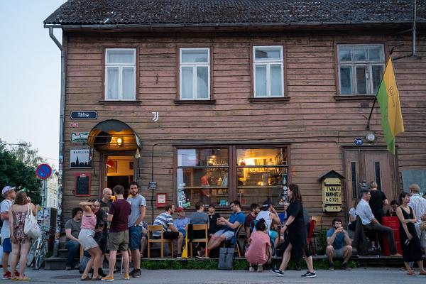 Die Bar Barlova und die davor den Sommerabend genießende Personen