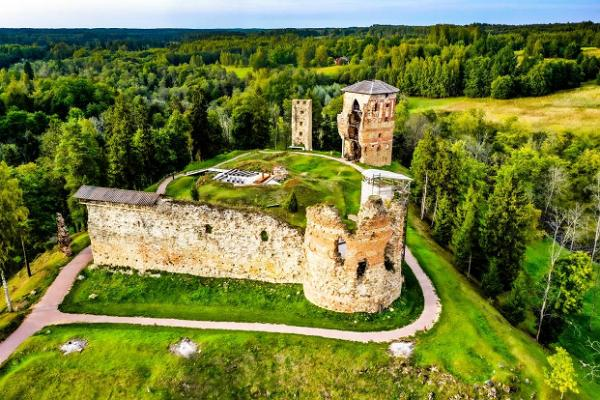 Развалины епископского замка Вастселийна