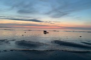 Andineemel vaade merele ja loojunud päikesele Puhkemajas, Lahemaa Rahvuspargis Rannakaar