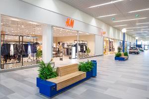 Торговый центр Pargi Keskus изнутри, на переднем плане — магазин H&M