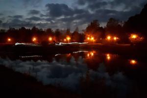 Kohtla-Järve Linnapark hämaras tulede valguses