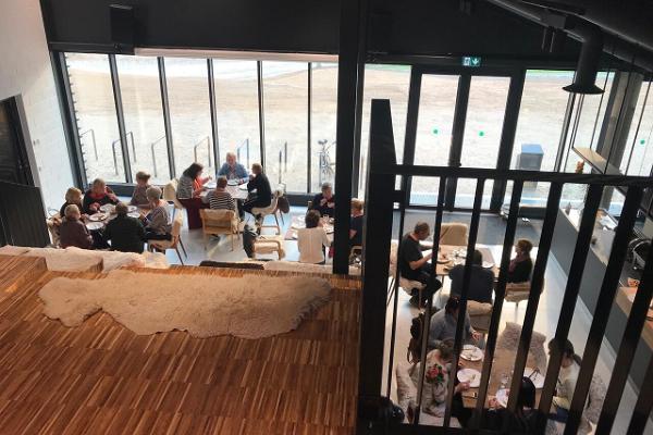 Lodjakodan kompleksin konferenssi- ja seminaaritilat/ Aulan portaikkomaasto eli seminaarisali
