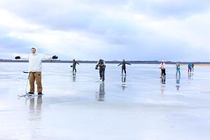 ihmiset potkukelkoilla Võrtsjärven jäällä