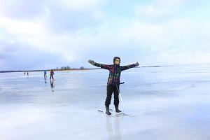 tyttö potkukelkalla Võrtsjärven jäällä