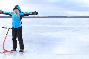 Meitene zilā jakā ar stumjamām ragavām uz Vertsjerves ezera ledus