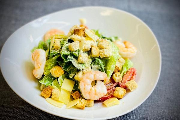 Caesar`i salat krevettidega