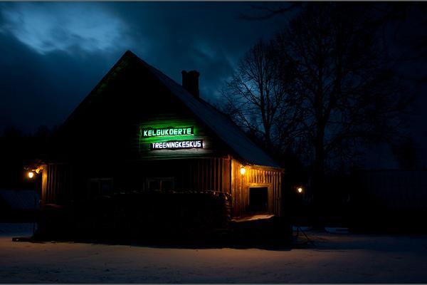 Здание Центра тренировки ездовых собак в ночных сумерках