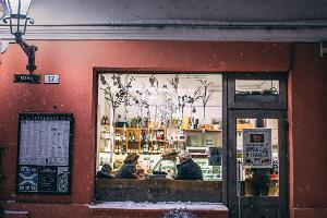 Belebte Schaufenster auf der Viru-Straße