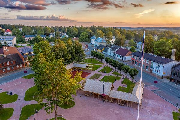 Центральная площадь города Отепя - аэрофотография с видом на озеро Пюхаярв