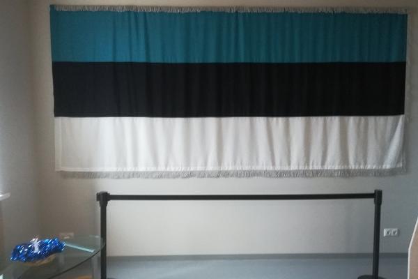 Igaunijas karogs sākotnējos izmēros Otepē Tūrisma Informācijas Centrā