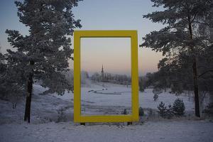 Otepääs lutherska Maarjakyrka genom National Geographics gula fönster