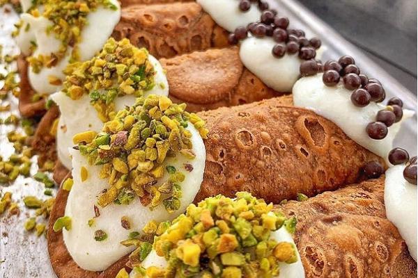 Italian sweet pastries – cannoli