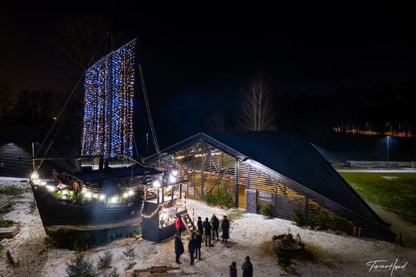 Lodjakodan kompleksi jouluvaloissa