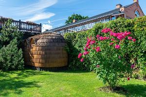 Hansatall iglubastu utifrån och den vackra gröna innergården