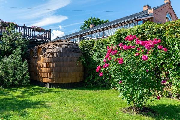 Баня-иглу Hansa Tall снаружи и красивый зеленый внутренний двор