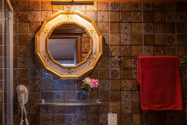 Igloo sauna and hot tub at Hansatall, cosy washroom