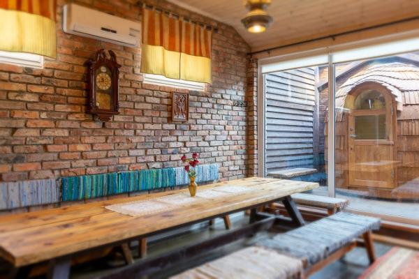 Уютный предбанник, оформленный в ганзейском стиле, у бани-иглу и бани-бочки Hansa Tall