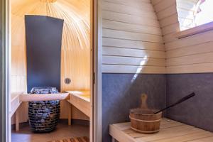 Igloo sauna and hot tub at Hansatall, antechamber and heater