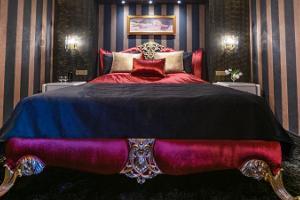 Hansahotellin romantiikkapaketin leveä ylellinen vuode