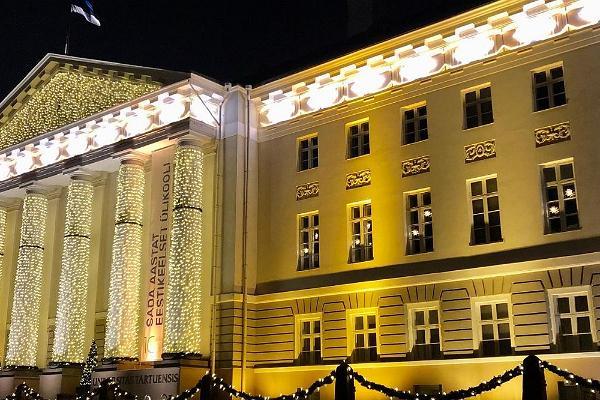 Украшенное главное здание Тартуского университета, окутанное рождественской атмосферой