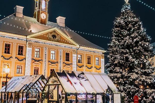 Тартуская ратуша и расположенный на Ратушной площади рождественский городок зимой, в праздничной атмосфере