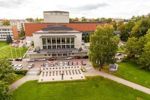 Teater Vanemuine (stora husets konferenscentrum) utomhusvy på sommaren