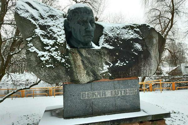 Vabaduse puiestiku pargis asuv Oskar Lutsu monument