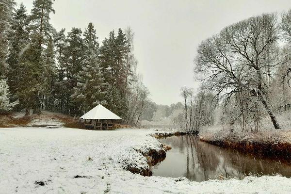 Väike Väerada (Lilla Kraftled) och eldrastplatsen med tak vid ån