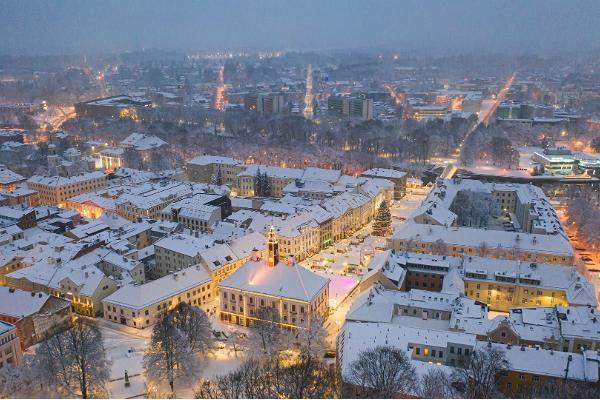 Skats uz Arku tiltu un sniegotajiem jumtiem vakarīgajā Tartu