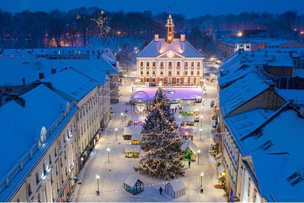 Satumaisen kaunis joulukaupunki Tartto ja Tarton Raatihuoneentorilla sijaitseva luistelukenttä