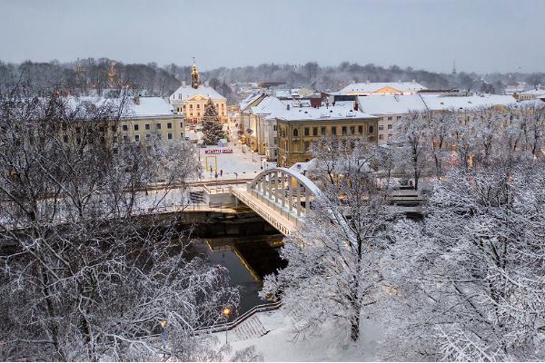 Talvine jalutuskäik ajaloolises Tartus, Kaarsild, Emajõgi ja muinasjutuline jõululinn raekoja platsil