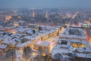 Зимняя пешая прогулка по историческому городу Тарту, огни города и свет от снега, сказочный рождественский городок на ратушной площади