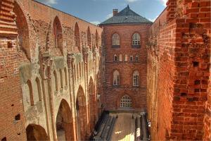 Пешая прогулка по историческому городу Тарту: развалины Домского собора на холме Тоомемяги под летним солнцем