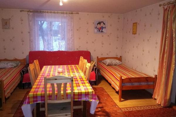 Kalamehe Talu kodumajutuse tuba kahe voodi ning suure lauaga