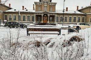 Tartu raudteejaam lumisel talvel ning selle ees asuv buss- ja taksopeatus