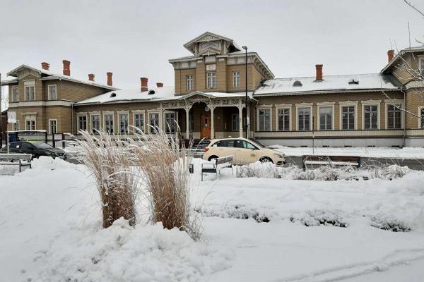 Тартуский железнодорожный вокзал зимой и автобусная остановка/остановка такси, расположенная перед вокзалом