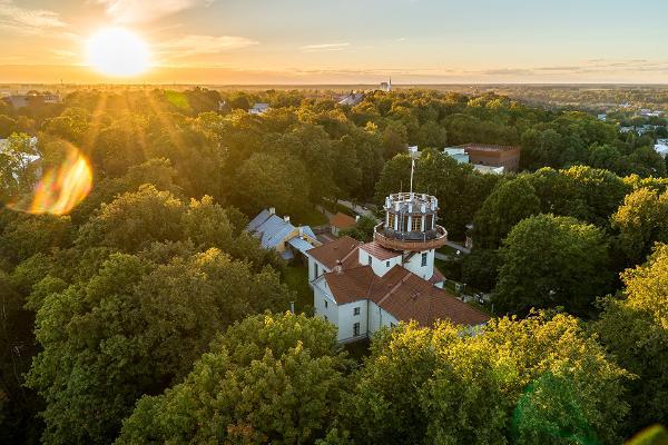Die Tartuer Sternwarte, der sommerliche Domberg und die untergehende Sonne aus der Vogelperspektive fotografiert