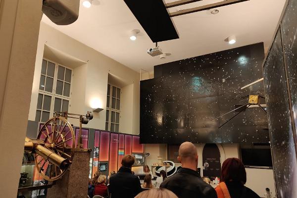 Der Ausstellungsaal der Tartuer Sternwarte mit einer Exposition von Sterndarstellungen