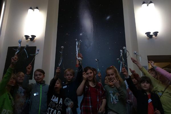 Die Tartuer Sternwarte und Kinder mit einem selbst gebastelten Kometen