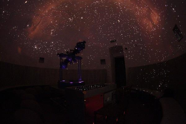 Aufführung des Planetariums der Tartuer Sternwarte und ein Sternenhimmel