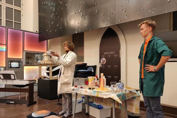 Die Tartuer Sternwarte und der verrückte Wissenschaftler, der spannende wissenschaftliche Versuche für Kinder durchführt.
